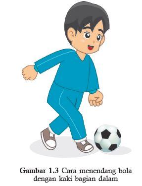 cara mendendang bola dengan kaki bagian dalam